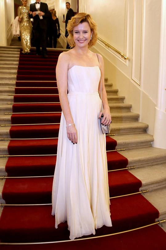 V jednoduchosti je krása. Jitka Schneiderová oblékla sněhobílou korzetovou róbu od své oblíbené návrhářky Zuzany Kubíčkové, kterou doplnila šperky Bulgari.