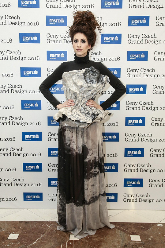 Outfit z nominované kolekce Best of...StainSoulSeal vytvořila pro Inu T. loňská absolutní vítězka Liběna Rochová. Na míru upravený rolák překrýval top s autorským tiskem vymodelovaný do korzetu, který se přelíval v sukni. Blogerku zdobil prsten Roberto Coin.