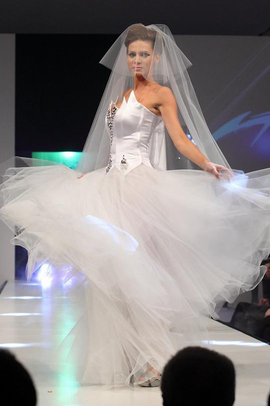 Na závěr prezentace aktuální kolekce Natali Ruden vynesla Andrea svatební šaty.