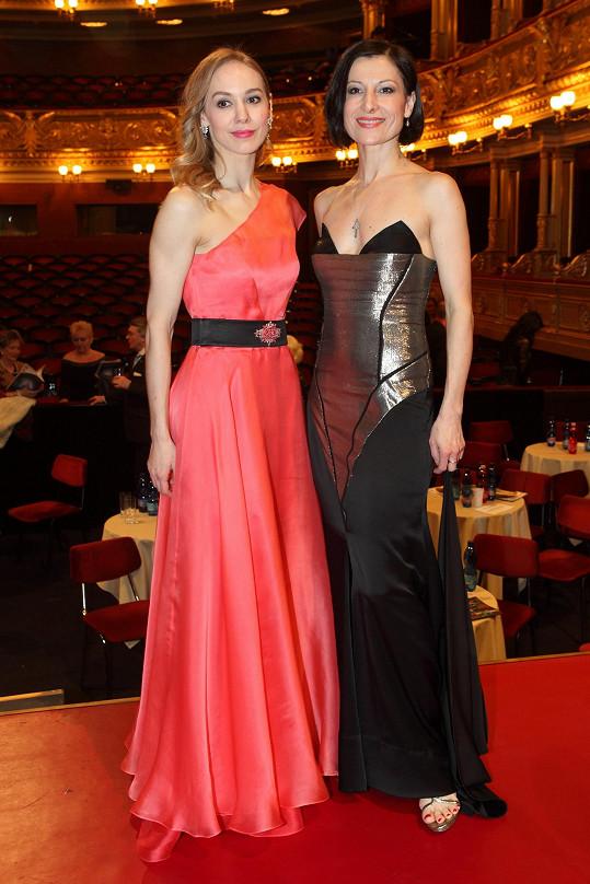 Půvabné baletky Národního divadla Marta Drastíková a Tereza Podařilová v modelech z aktuální kolekce Natali Ruden.