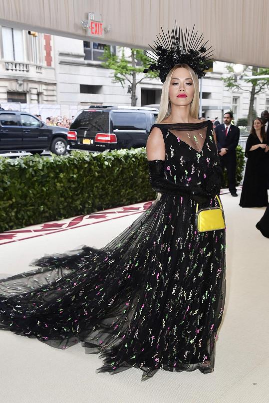 Zpěvačka a herečka Rita Ora v modelu Prada s impozantní korunou zdobenou kameny Swarovski