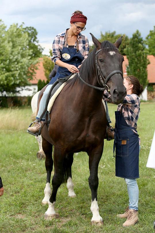 Ve skutečnosti si jízdu na koni moc neužívá.