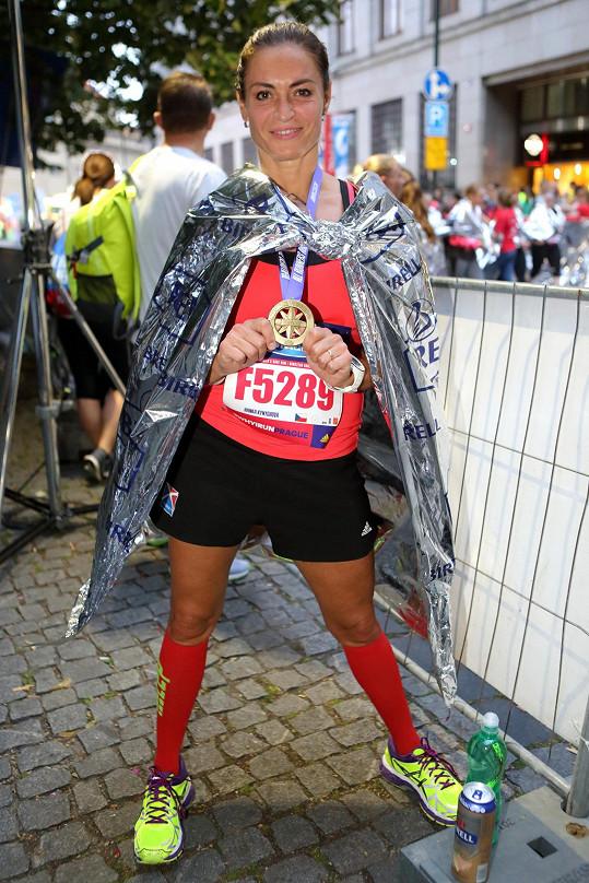 Než odkvačila do prostoru pro běžce, stihla se pochlubit medailí za účast, oblékla si na sebe staniolovou fólii, aby se nenachladla a zamířila fandit manželovi a synovi, kteří byli účastníky hlavního závodu na 10 kilometrů.