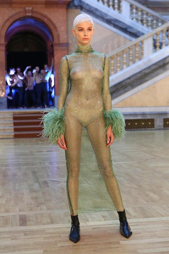 Také pražský fashion week přinesl dráždivou módu.