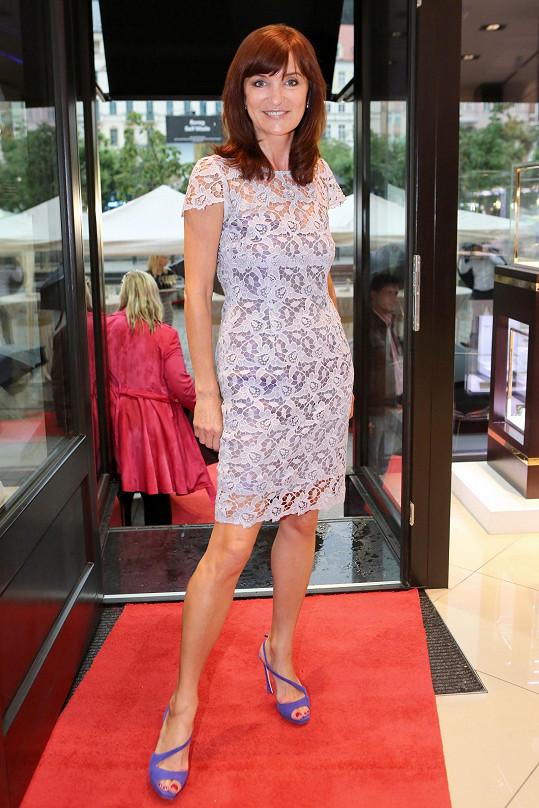 Svou vlastní přehlídku v Karlových Varech absolvovala designérka v šatech z krajkové vlny, se kterými ostře kontrastovaly Dior boty v královské modré.