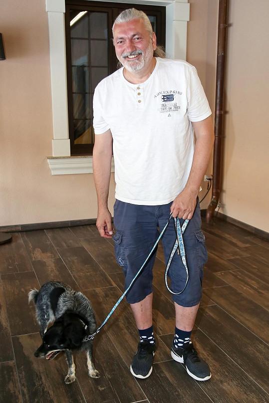 Dan Hůlka na soustředění Muže roku přivezl svého psa.