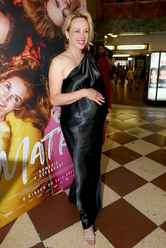 Do gala se hodila na premiéru filmu Matky.
