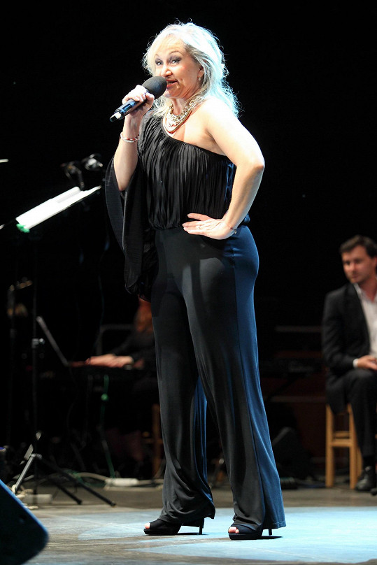 Lehký materiál kalhot odhalil zákoutí zpěvaččina těla, která měla zůstat raději skryta.