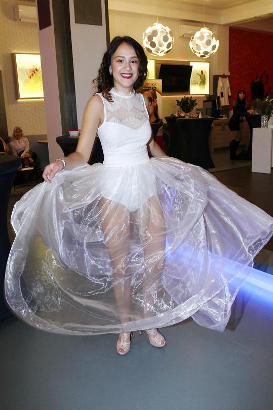 Eliška zpívala na přehlídece Michala Marka v modelu, který pro ni vytvořil.