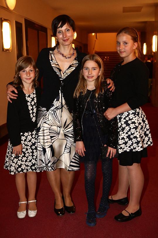 Zdeňka Žádníková-Volencová s dcerami Andreou (vpravo), Janou (vlevo) a jejich kamarádkou