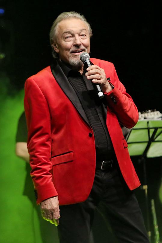Karel Gott se v únoru na pódiu cítil dobře.