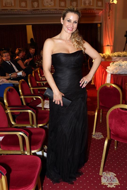 Černé společenské šaty si vypůjčila ze svatebního salonu.