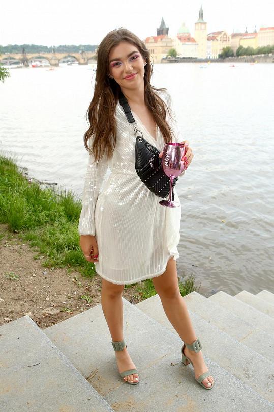 Půvabná mladá zpěvačka bude přes léto v zahraničí.