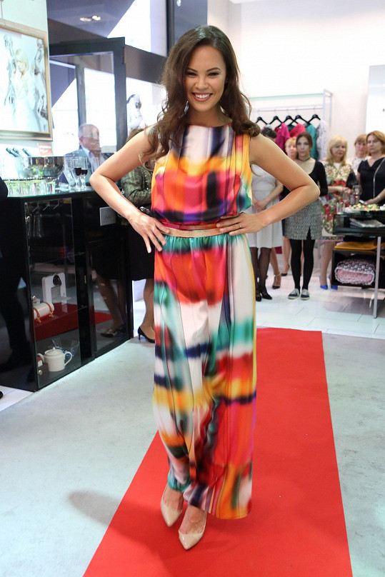 Exotická Miss předvádí modely z hedvábí, látky potiskli návrhářce dle jejího přání v Paříži.