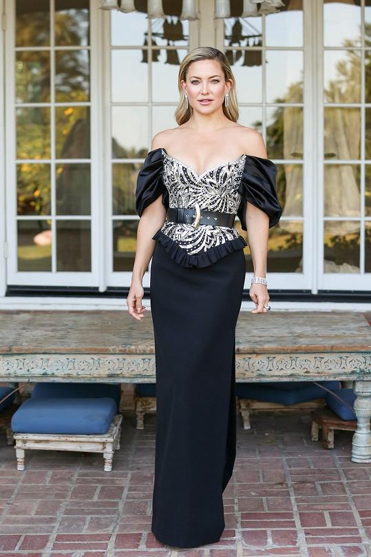 I když Kate Hudson prožívala udílení 78. ročníku Zlatých glóbů z pohodlí domova, nic nepodcenila a nechala si od značky Louis Vuitton ušít na míru model ve stylu 80. let. Zároveň se ozdobila diamantovým setem Bvlgari z ikonické kolekce Serpenti.