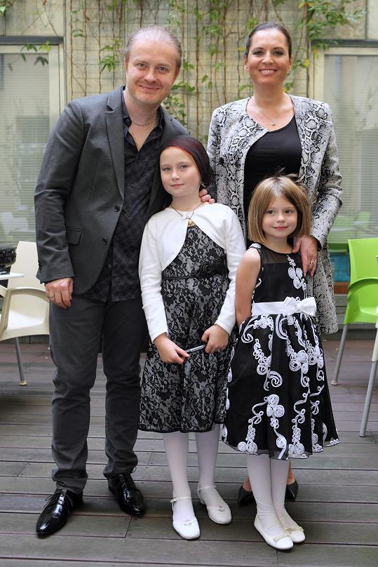 Mladší dcery má herečka s houslistou Pavlem Šporclem.