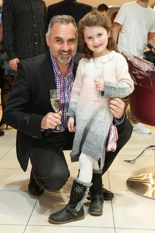 Honza vzal dceru Aničku na reopening kadeřnictví...