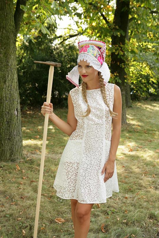 Modelka Veronika Procházková dostala do ruky jako rekvizitu hrábě, které návrhářka našla opřené o strom, a na hlavu si nasadila originální Sliacský čepec.