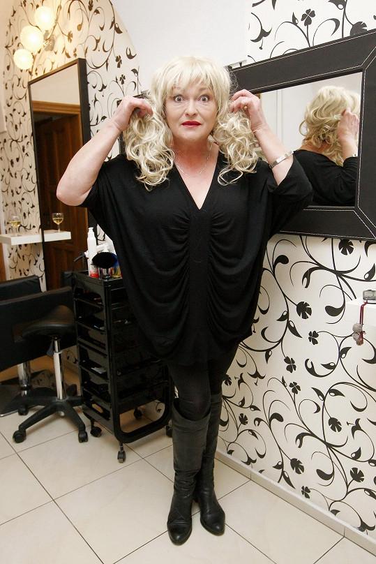 Blondýnou se Valerie pokoušela být jednou, ale vyšla z toho zrzavá. V kadeřnictví si na to zavzpomínala s blonďatou parukou.