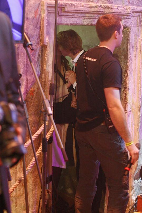 Před Zdeňkovým výstupem na pódiu si dvojice vyměnila polibek.