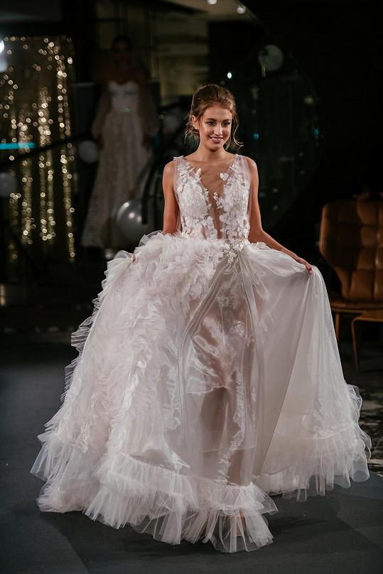 Nikola na přehlídce svatebních šatů