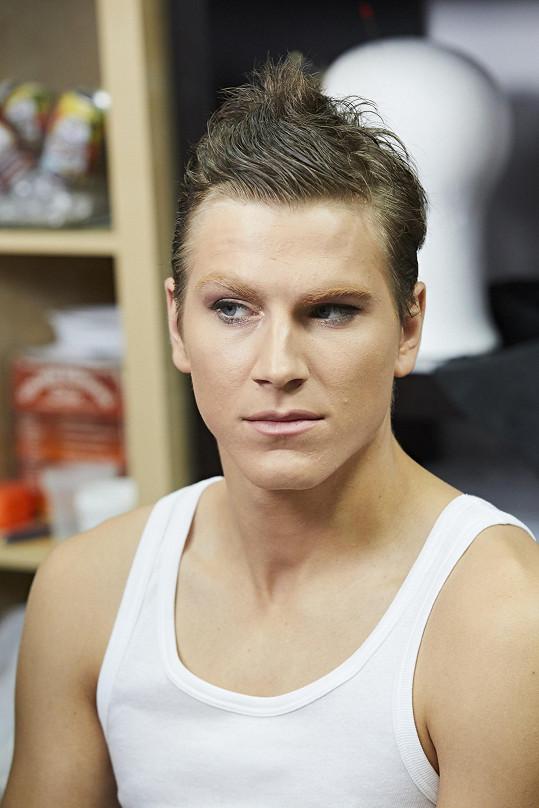 Davidovi vedle make-upu přibude i obří pozadí.