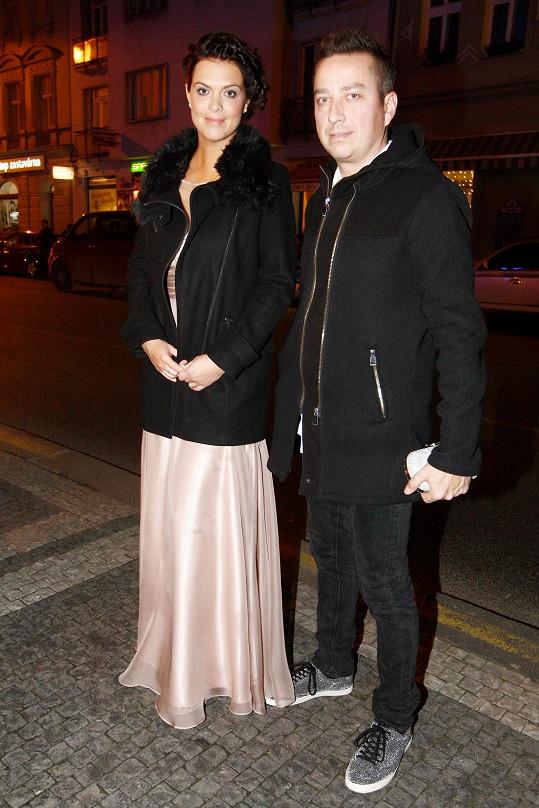 Petr a Zuzana při příchodu do karlínského divadla