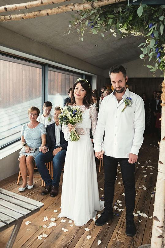 Oficiální svatební fotografie. V květině má Ivana bubenickou paličku, před házením ji ale radši vyndala, takže Martina Pártlová, která ji chytila, nepřišla k úrazu.
