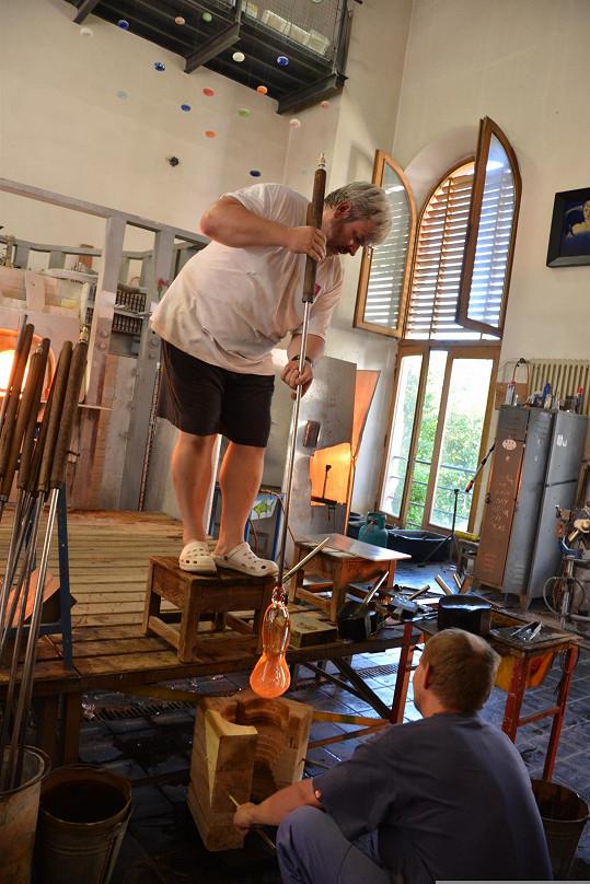 Foukání a tvarování daru pro Karla Gotta probíhalo na huti železnobrodské sklářské školy.