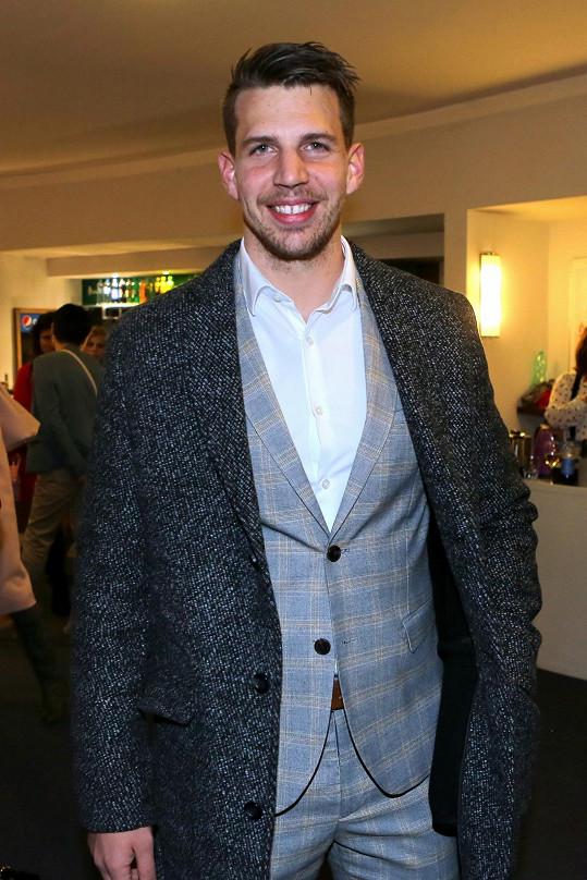 Oblek zvolil i zpěvák Peter Pecha.