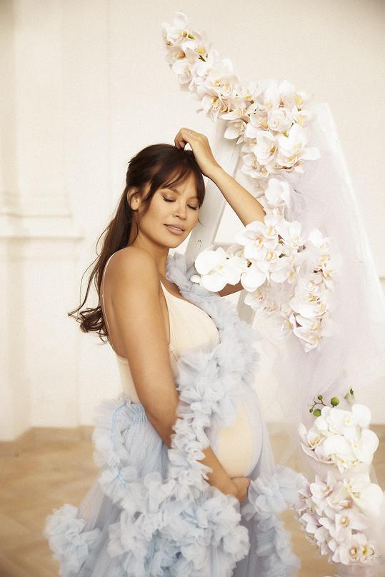 Monika Leová se stala maminkou. Ještě před porodem pózovala na krásných snímcích s bříškem.