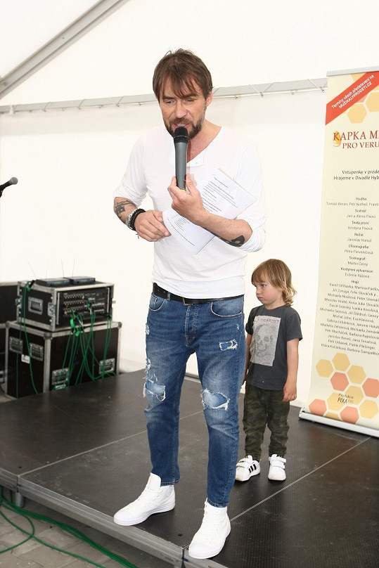 Bořek Slezáček moderoval Den dětí. Mladší syn Andrej mu chtěl asistovat.