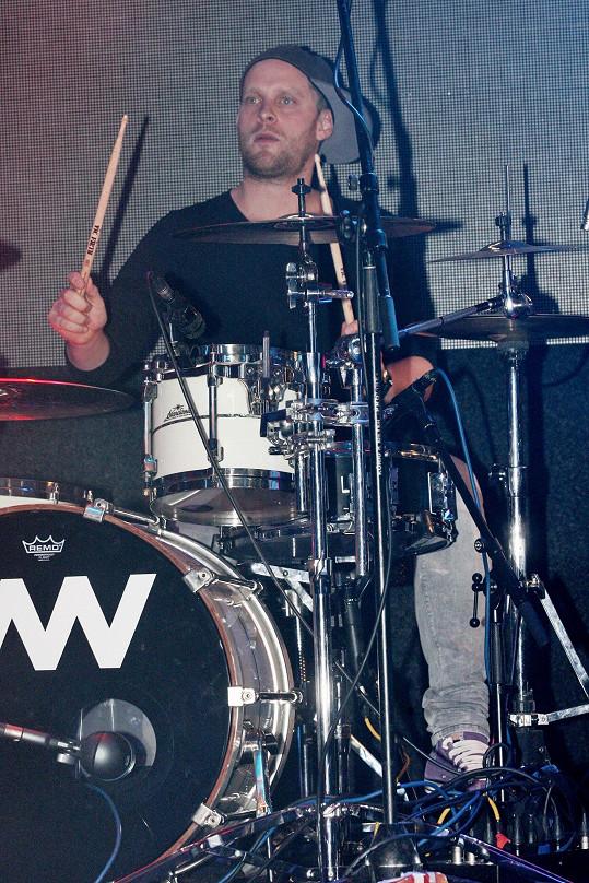 Jakub Prachař usedl za bicí.