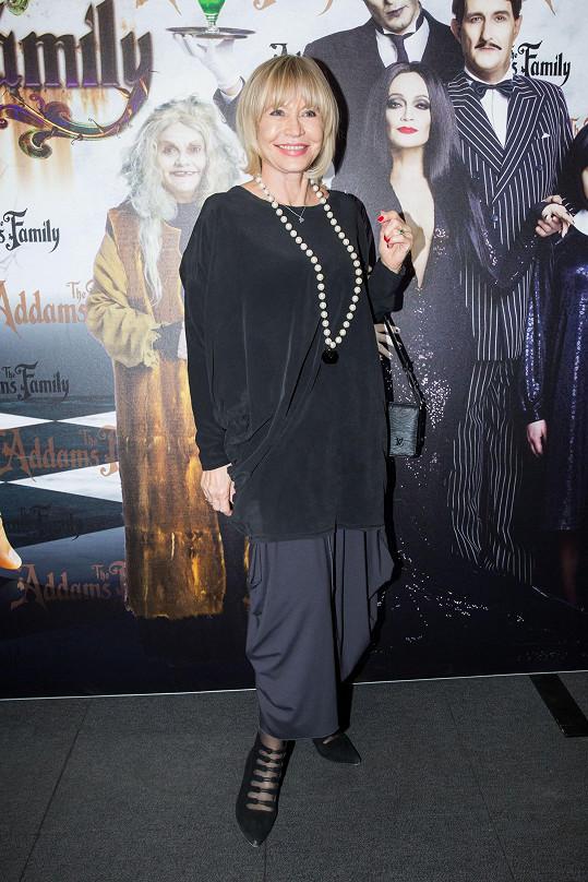 Herečka Jana Švandová doplnila outfit aspoň šňůrou perel.