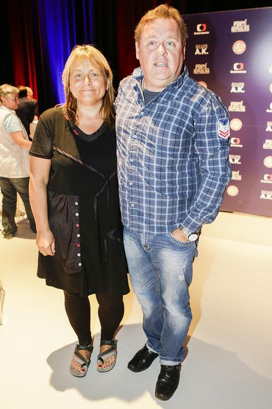 Kopta s kolegyní Pavlou Tomicovou ze seriálu Trapné padesátky.