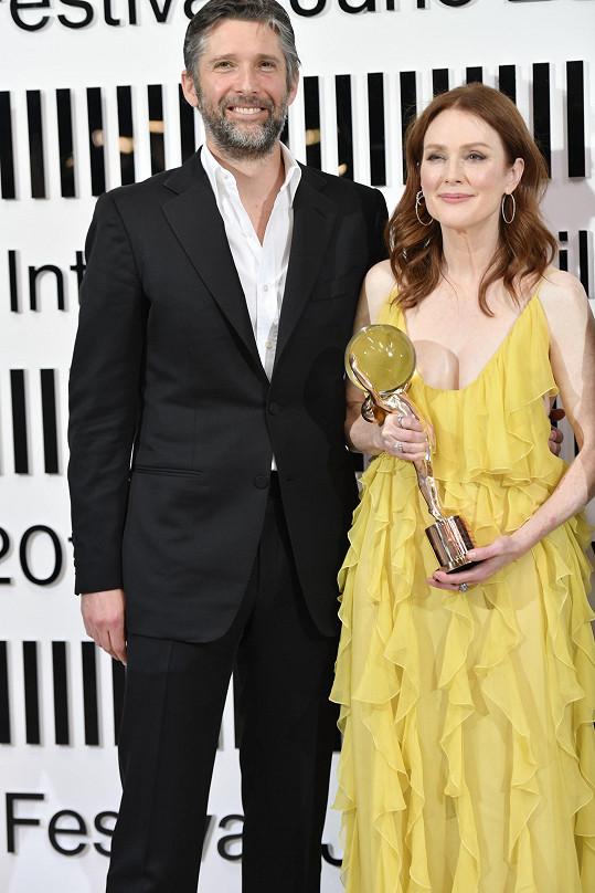 Julianne Moore s manželem Bartem Freundlichem