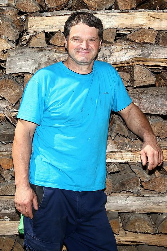 Jan Johanides (47) má hospodaření v krvi už po svém dědečkovi. Bohužel obětoval práci a farmaření tolik, že se mu po 15 letech rozpadlo manželství. Má přes 40 hektarů polí, louku i les a chce dále rozšiřovat.