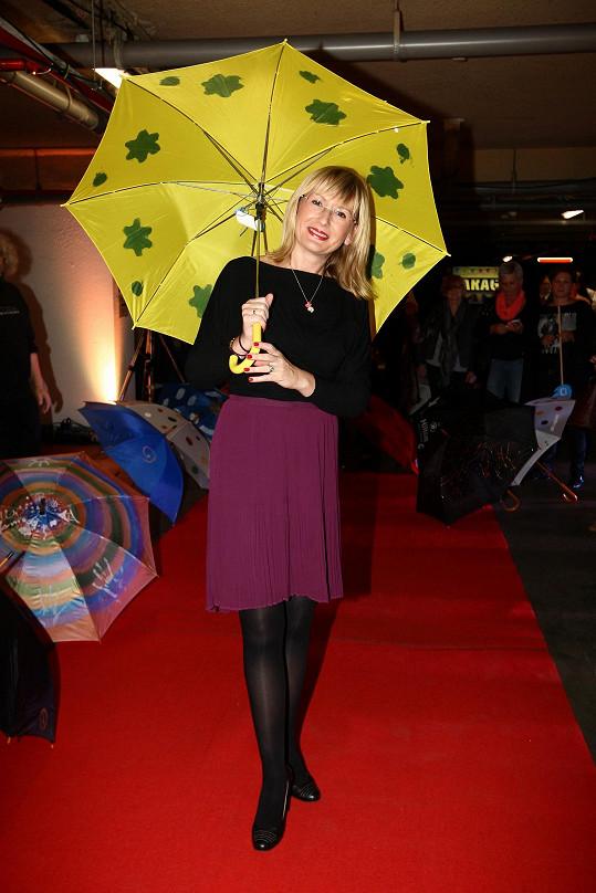 Štěpánka s ručně malovaným deštníkem