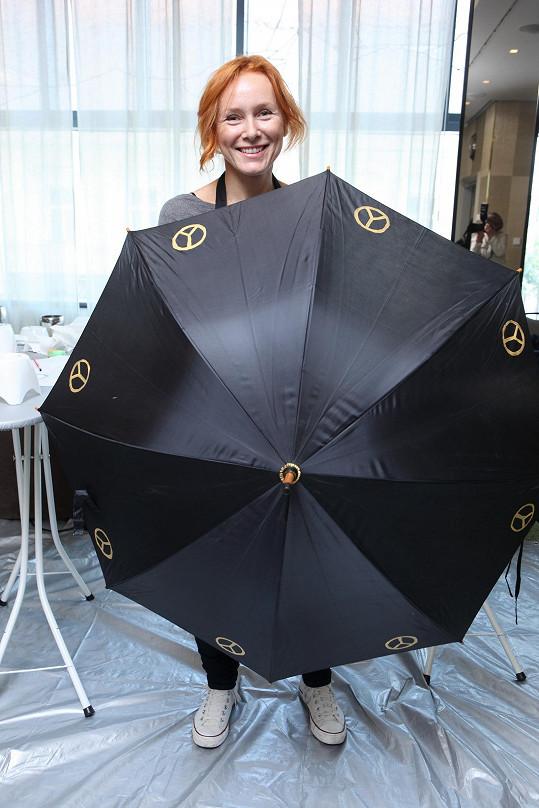 Špindlerová se svým deštníkem, jehož dražba půjde na dobrou věc.
