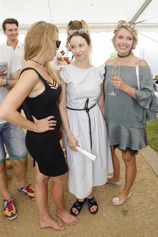 Malvína s kolegyněmi Anetou Krejčíkovou a Berenikou Kohoutovou na tiskovce TV Nova.