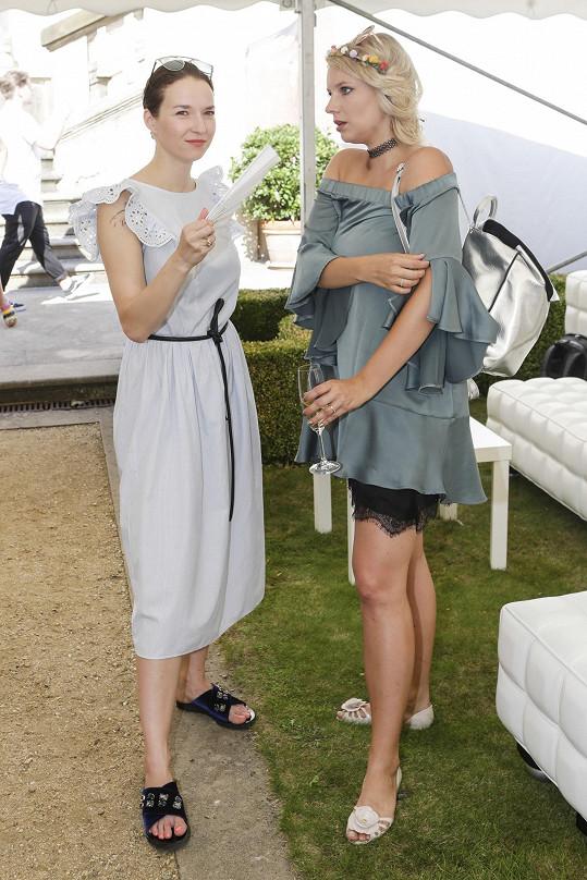 Berenika s kamarádkou Malvínou Pachlovou na TK televize Nova, kde se účinkující představovali.