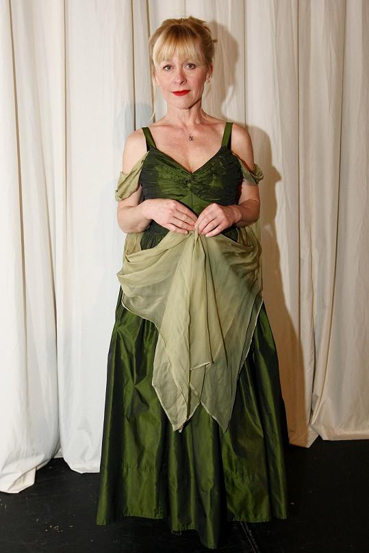 Předváděla divadelní kostýmy.
