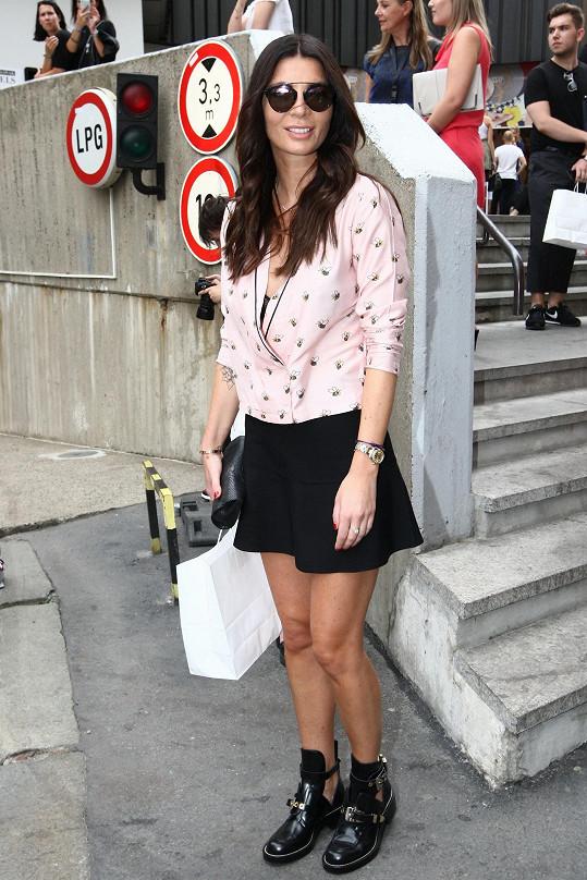 Svůj outfit pojala Monika Koblížková civilně, ale rozhodně mu nechyběla sofistikovanost. Retro top od Cycle Jeans doplnila nenápadnou sukní Zara. Rafinovanost celku dodávaly hlavně obutí Balenciaga a brýle Dior, tolik potřebné v přesvíceném prostoru.