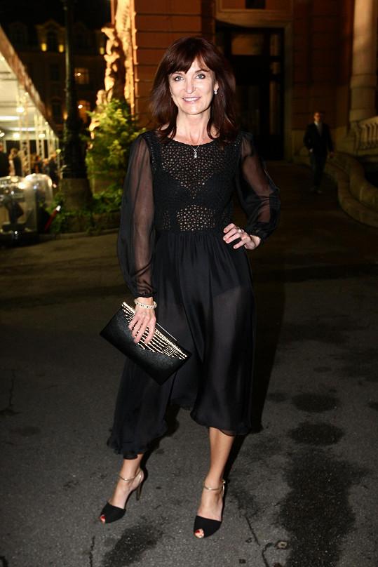 Na Elle párty rozehrála Rajská hru průsvitů v transparentních šatech z hedvábí s krajkovým živůtkem. V ruce držela kabelku Jimmy Choo a měla boty Lureka.