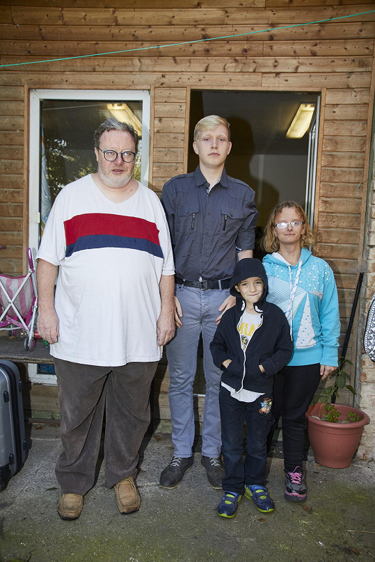Tomáš zůstal sám na osm dětí. Čtyři jsou jeho vlastní a čtyři další si vzali do péče s manželkou, která před šesti lety rodinu opustila.