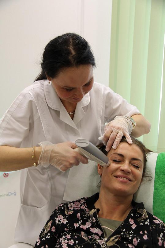 Primářka Hana Smutková ošetřila Hance oční okolí pomocí radiofrekvence.