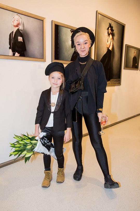 Léna Brauner s dcerou Jasmínkou na vernisáži