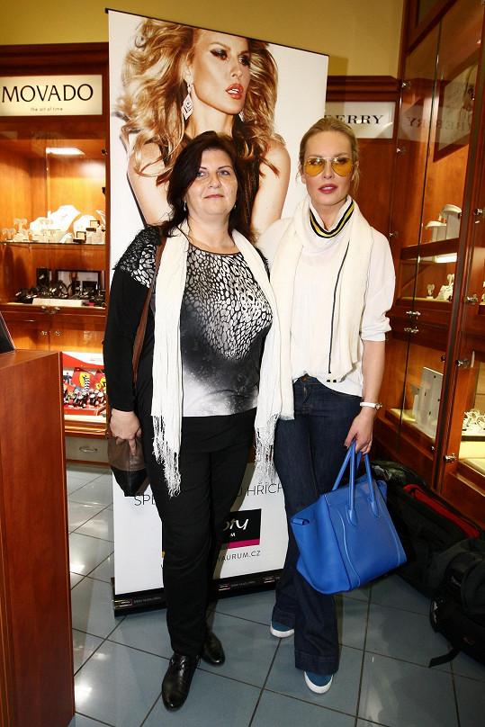 Simona Krainová s jednou z výherkyň nákupů se Simonou.