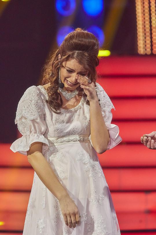 Minule zpěvačka neudržela slzy, když jako Iveta Bartošová zpívala píseň Tři oříšky.