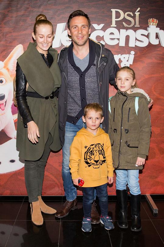 Roman s přítelkyní a svými dvěma dětmi Editkou a Benediktem dorazil na premiéru nové animované pohádky Psí veličenstvo.